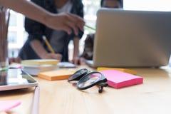 estudantes universitário novas que estudam com o computador no café grupo Fotos de Stock Royalty Free