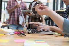 estudantes universitário novas que estudam com o computador no café grupo Fotografia de Stock Royalty Free