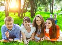 Estudantes universitário novas que usam o tablet pc Fotografia de Stock Royalty Free