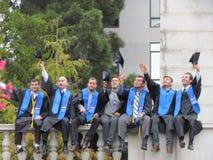 Estudantes universitário que levantam vestir no dia de graduação no un de Berkeley imagem de stock