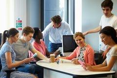 Estudantes universitário que têm a reunião informal com tutores imagens de stock royalty free