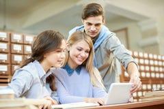 Estudantes universitário que trabalham no projeto comum fotos de stock royalty free