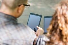 Estudantes universitário que usam tabuletas de Digitas fotografia de stock royalty free