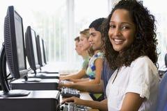 Estudantes universitários em um laboratório do computador Fotos de Stock Royalty Free