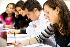 Estudantes universitários em uma biblioteca Imagem de Stock Royalty Free