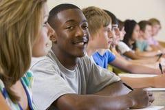 Estudantes universitários em uma leitura da universidade Imagens de Stock Royalty Free