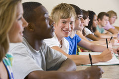 Estudantes universitários em uma leitura da universidade Foto de Stock