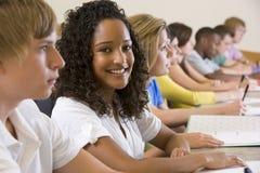 Estudantes universitários em uma leitura da universidade Fotografia de Stock