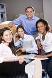 Estudantes universitários no estudo do computador da biblioteca Fotografia de Stock