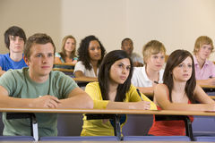 Estudantes universitários que escutam uma leitura da universidade Fotografia de Stock Royalty Free