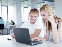 Estudantes universitários que têm o divertimento estudar junto Imagem de Stock Royalty Free