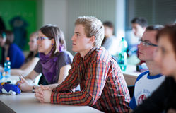 Estudantes universitário que sentam-se em uma sala de aula durante a classe Fotos de Stock Royalty Free