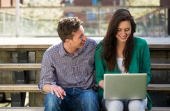 Estudantes universitário que trabalham no portátil fora Fotografia de Stock