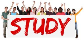 Estude o grupo do sinal de multi povos étnicos dos estudantes novos que guardam b fotos de stock