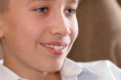 Estudiando la vista del muchacho - adolescente Fotografía de archivo