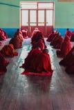 Estudiando, Nyaung Shwe en Myanmar (Burmar) Imágenes de archivo libres de regalías