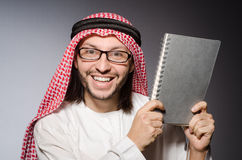 Estudiante árabe con el libro Foto de archivo