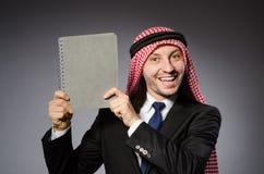 Estudiante árabe con el libro Imágenes de archivo libres de regalías