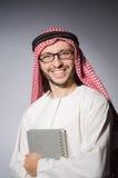 Estudiante árabe con el libro Fotos de archivo