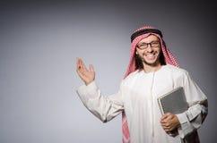 Estudiante árabe con el libro en la educación Foto de archivo