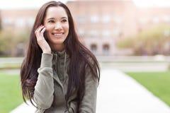 Estudiante étnico en el teléfono fotografía de archivo libre de regalías