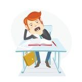 Estudiante aburrido de la escuela que bosteza en el escritorio en sus lecciones en clasr Foto de archivo