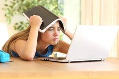 Estudiante aburrido que hace la preparación Imagen de archivo libre de regalías