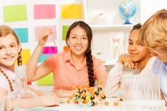 Estudiante adolescente asiático en clase de la ciencia con el frasco Imagen de archivo libre de regalías