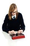 Estudiante adolescente brillante que usa un dispositivo de la tablilla Foto de archivo