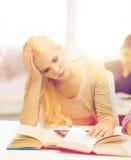 Estudiante adolescente cansado con PC y los libros de la tableta Fotografía de archivo libre de regalías