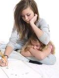 Estudiante adolescente con la hermana joven Fotografía de archivo libre de regalías