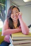 Estudiante adolescente con la pila de libro Fotos de archivo libres de regalías