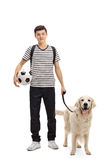 Estudiante adolescente con un perro y un fútbol Fotografía de archivo libre de regalías