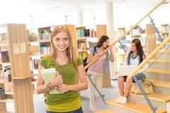Estudiante adolescente de la biblioteca de la High School secundaria en verde Fotos de archivo