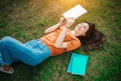 Estudiante adolescente de la muchacha asiática en la universidad foto de archivo libre de regalías