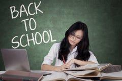 Estudiante adolescente de nuevo a escuela y el estudiar en clase Imagen de archivo