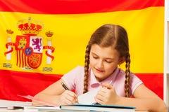 Estudiante adolescente diligente que aprende español en la clase Fotografía de archivo libre de regalías