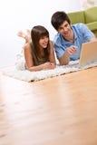 Estudiante - adolescente dos con la computadora portátil en sala de estar Imagen de archivo libre de regalías
