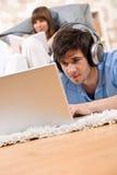 Estudiante - adolescente dos con la computadora portátil y los auriculares Imagenes de archivo