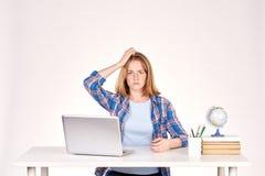 Estudiante adolescente en el escritorio Foto de archivo