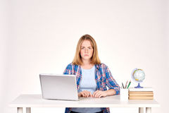 Estudiante adolescente en el escritorio Fotos de archivo