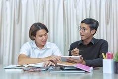 Estudiante adolescente en sala de clase con el profesor particular Imágenes de archivo libres de regalías