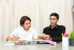 Estudiante adolescente en sala de clase con el profesor particular Imagen de archivo