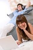 Estudiante - adolescente feliz con la computadora portátil que se relaja Fotografía de archivo libre de regalías