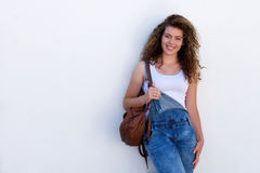 Estudiante adolescente feliz con la mochila aislada en blanco Imagen de archivo