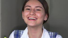 Estudiante adolescente femenino de risa de la colegiala almacen de metraje de vídeo