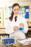 Estudiante adolescente femenino en clase de la ciencia Imagenes de archivo