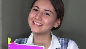 Estudiante adolescente femenino feliz de la colegiala almacen de metraje de vídeo