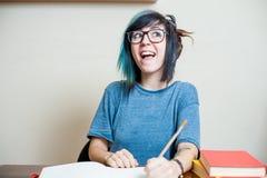 Estudiante adolescente femenino feliz joven con el libro Imágenes de archivo libres de regalías