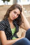 Estudiante adolescente femenino infeliz que se sienta afuera Fotos de archivo